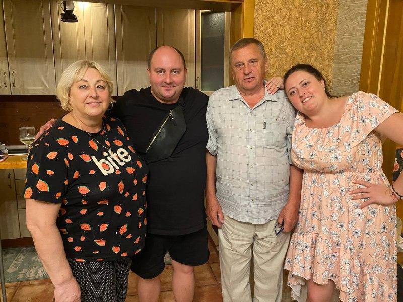С родителями и лучшим другом Юрой Ткачом. Фото: Личный архив Ирины Гатун